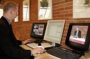 Webmaster Jesper Vig Meyer ved mixerpulten på live udsendelse fra byrådssalen.